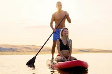 couple heureux sur un paddle